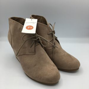 Universal Thread 7 1/2 Taupe Bessie Micro Booties